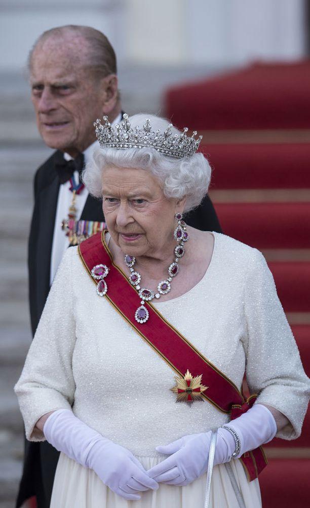 Kuningatar ja prinssipuolisonsa edustavat yhä väsymättä. Työtahti on huomattava.