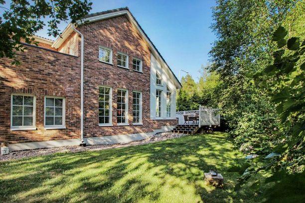 Espoossa sijaitsevan omakotitalon sisustus on hillitty. Luonnetta talo saa värikkäistä seinistä.