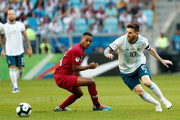 Qatartin Salem Al Hajri (vas.) seurasi katseellaan Leo Messin etenemistä Copa Américassa.