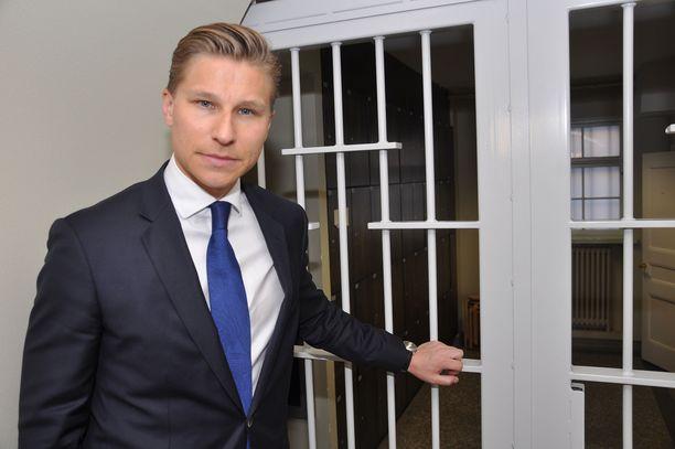 """Oikeusministeri Antti Häkkäsen (kok) mukaan """"on lapsen edun mukaista, että lapsi voi vasta täysi-ikäisenä puhtaasta omasta tahdostaan solmia avioliiton""""."""