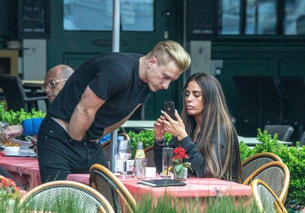 Bruggen kaupungissa lomaillut Katie Price kuvattuna tuoreen rakkaan, Kris Boysonin kanssa kahvilassa. Boyson viihtyi kädet housuissa.