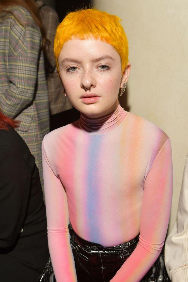 Lachlan Watson keltaisissa hiuksissa.