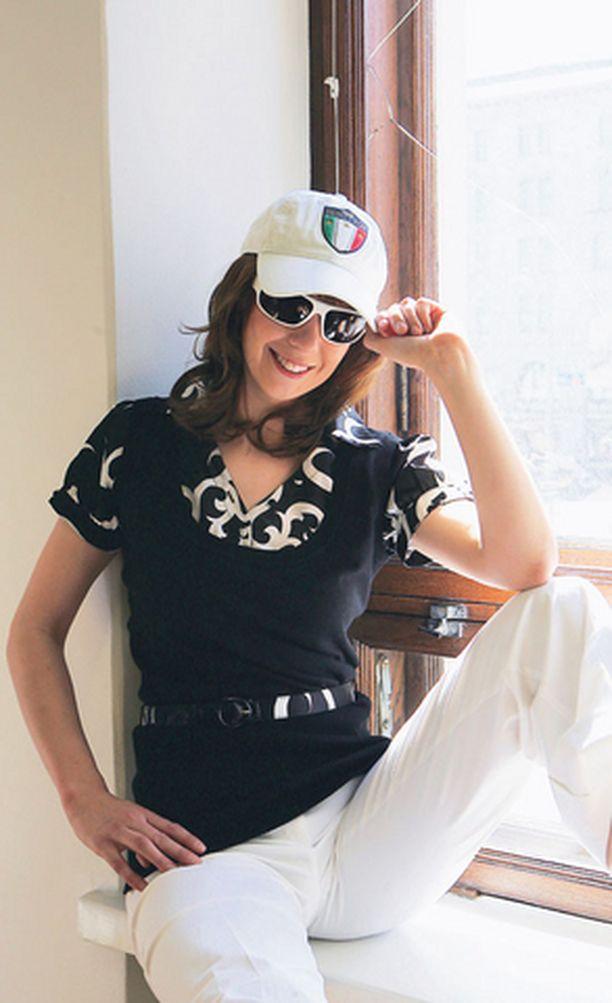 JIPPOJA Seppälä yhdisti sekä vyötti liivin ja paidan puseroksi. Housut ja lippis Benetton, aurinkolasit Gucci.