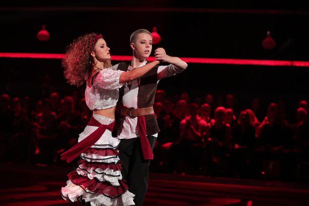 Ansku Bergström ja Tuure Boelius tanssivat Pirates of the Caribbean -musiikin tahtiin.