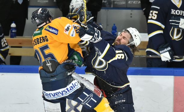 Bluesin Kai Kantola kävi kovaa vääntöä myös Lukon Henrik Forsbergin kanssa.
