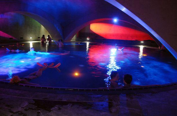 Suuri kellunta-allas on Liquidromin ylpeys. Berliinin filmijuhlien aikaan sen kattoon on heijastettu elokuvia.