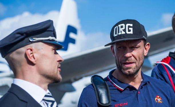 Jere Karalahti vaihtoi juuri ennen lähtöä kuulumisia lentokapteeni Kai Tuomikosken kanssa.