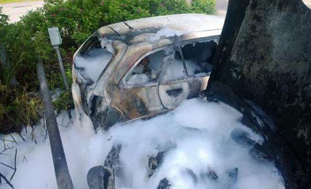 Palokunta sammutti roihuavia autoja noin puolen tunnin ajan.