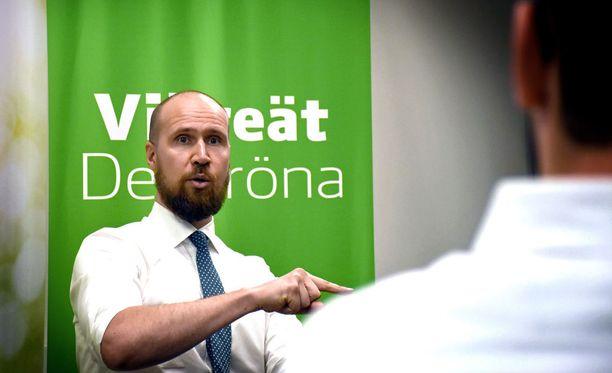 Aalto piti kokouksessa näkyvästi esillä vihreiden kestosuosikkia perustuloa.