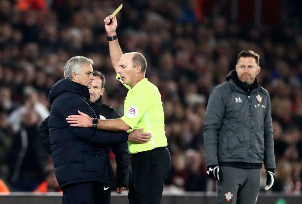 Mike Dean vilautti keltaista Jose Mourinholle.