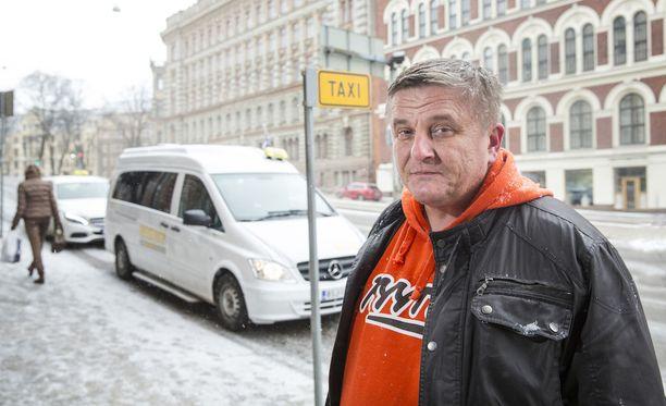 Kyyti-palvelua lanseeraavan Pekka Mötön liikeideat eivät jää pelkästään uuteen taksipalveluun. Tavoitteena on tuoda myös robottiautot Suomeen. Tällä hetkellä Mötön Tuup Oy neuvottelee VR:n kanssa siitä, että se saisi sovitettua Kyyti-palvelun taksipalvelut myös VR:n junien aikatauluihin.