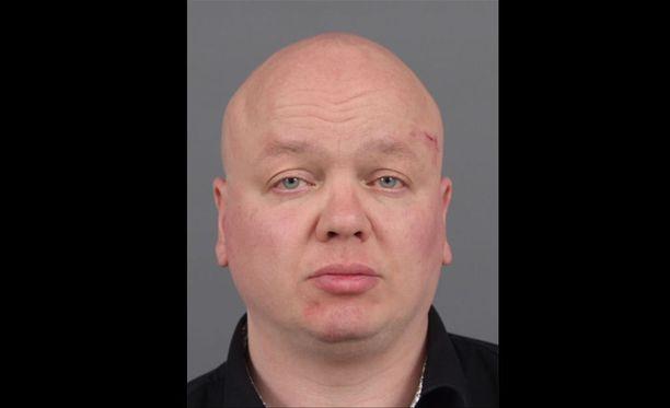 Poliisi julkaisi aiemmin Tuomas Kangasniemen kuvan, jotta hänen kanssaan sukupuoliyhteydessä olleet henkilöt tavoitettaisiin. Henkilöt ovat voineet saada hi-virustartunnan.