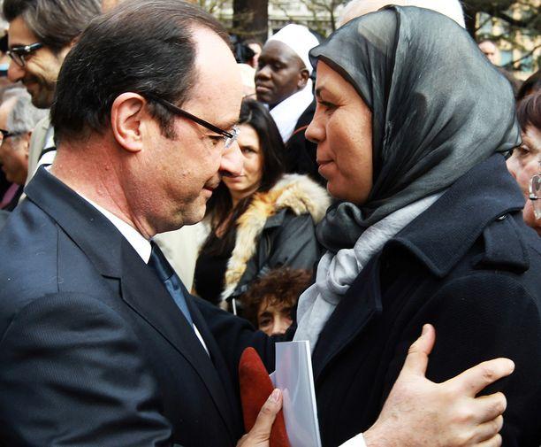 Ranskan presidentti Francois Hollande syleili Latifa Ibn Ziatenia Toulousessa maaliskuussa 2013.