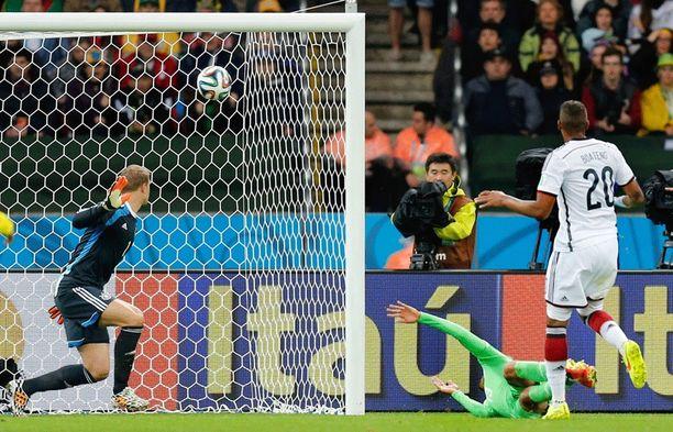 Algerian Islam Slimani sai kertaalleen pallon Manuel Neurin selän taakse, mutta tilanne liputettiin paitsioksi.