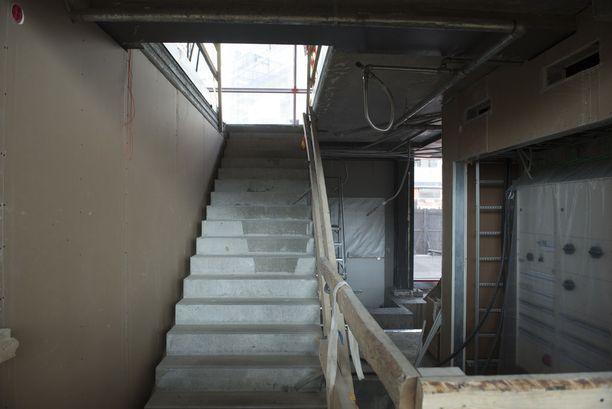 Portaat johtavat kirjaston toiseen kerrokseen, josta löytyy muun muassa studioita, pelihuoneita, työ- ja kokoushuoneita, kaupunkiverstas sekä työpaja- ja vuorovaikutustiloja.