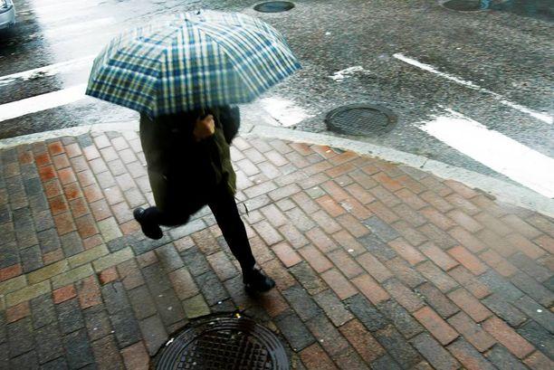 Sateenvarjoa kannattaa kantaa mukana, sillä sää on viikonloppuna vaihtelevaa. Matalapaineet aiheuttavat pilvisyyttä ja paikallisia kuuroja koko maahan viikonlopun aikana.