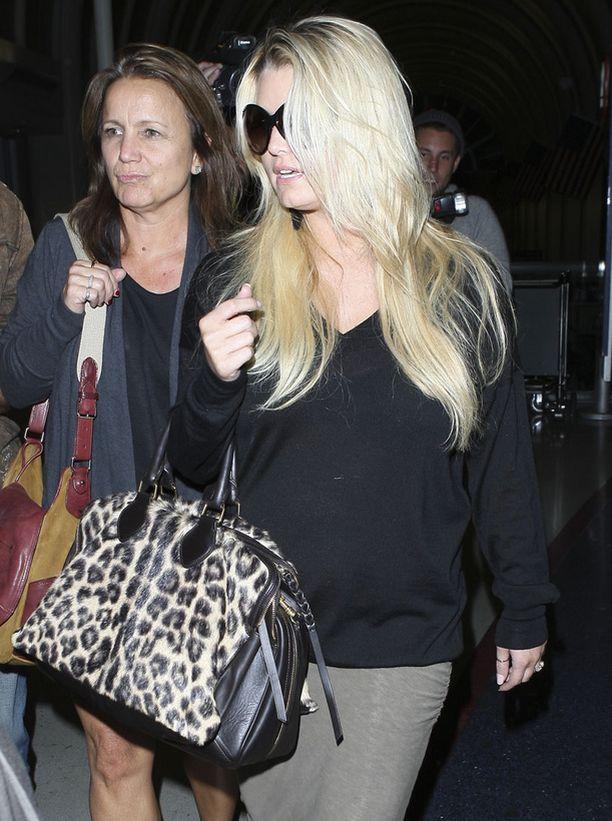 Jessica Simpsonin fanit pohtivat, piilotteliko tähti vauvamahaansa neulepaidan ja ison laukun avulla.