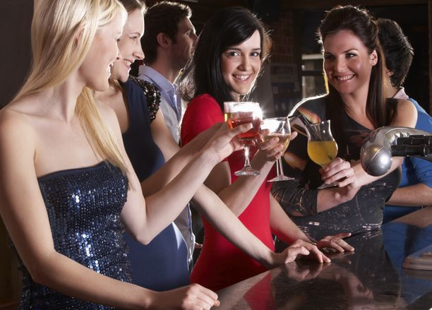 Sosiaalinen kanssakäyminen ja yhdessä oleminen ovat suomalaisnuorten baarikäyntien keskiössä.