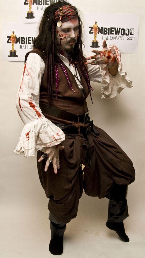 Eemi oli halloween-juhlissa Jack Sparrow -zombie.