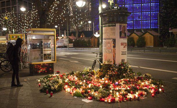 Berliiniin on noussut useita muistopaikkoja terrori-iskun uhreille.