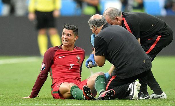 Cristiano Ronaldo loukkaantui EM-finaalissa.