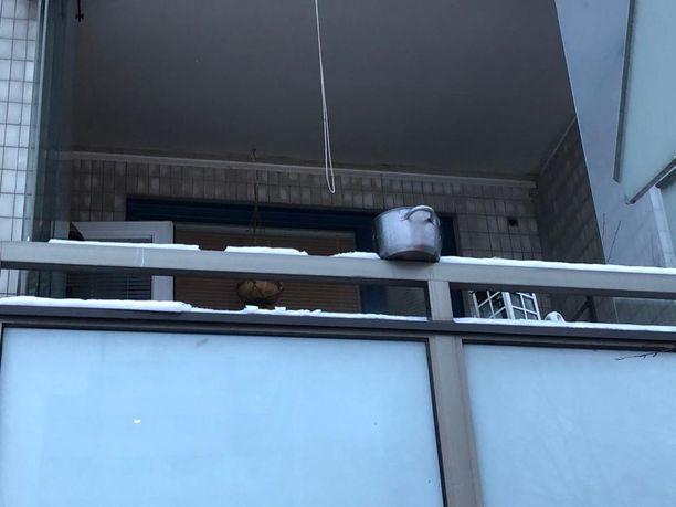 Pelastajat kantoivat hellalla kärynneen kattilan parvekkeelle jäähylle. Uhkaavasta tilanteesta selvittiin tuulettamalla huoneisto.