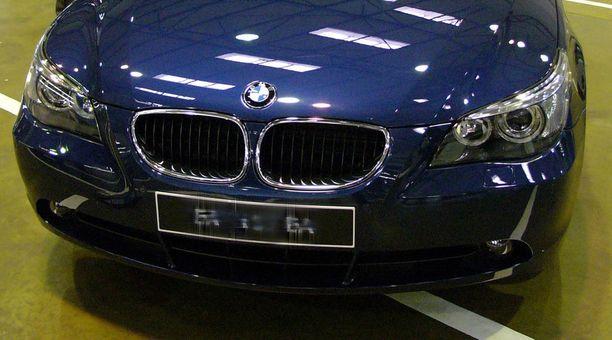 Audiin törmännyt ajoi tämäntyyppisellä vanhalla sinisellä 500-sarjan BMW:llä (kuvituskuva).