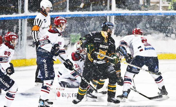 Tampereen lauantain ulkoilmaottelussa koettiin ajoittaista lumisadetta.