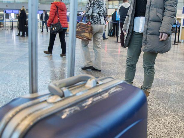 Matkalaukku Helsinki-Vantaan lentokentällä. Kuvituskuva,