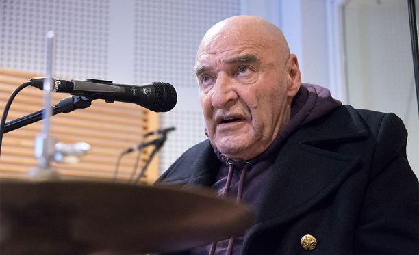 Remu Aaltonen oli viimeksi listaykkösenä 80-luvulla Hurriganesin kera.