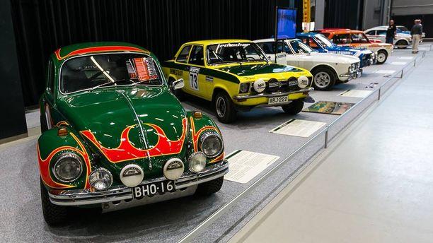Edessä VW Kupla 1302 S vm. 1970. Takana keltainen Opel Ascona A.