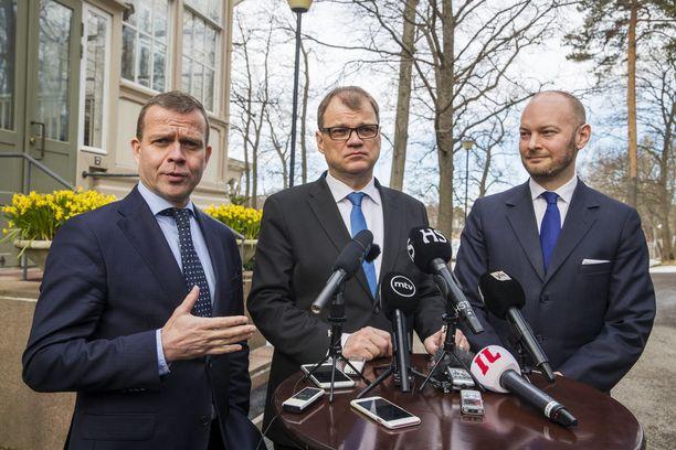 Sipilän hallituksen trioministerit kertoivat kehysriihen tuloksista viime viikolla. Kuvassa Petteri Orpo (kok), Juha Sipilä (kesk) ja Sampo Terho (sin).