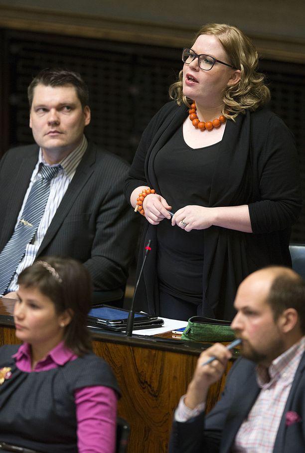 Annika Saarikon esikoispoika (s. lokakuussa 2014) oli puolivuotias, kun hallituksen, nykyisen toimitusministeristön, hallitusneuvotteluita käytiin keväällä 2015. Kuvassa Saarikko eduskunnassa helmikuussa 2014.