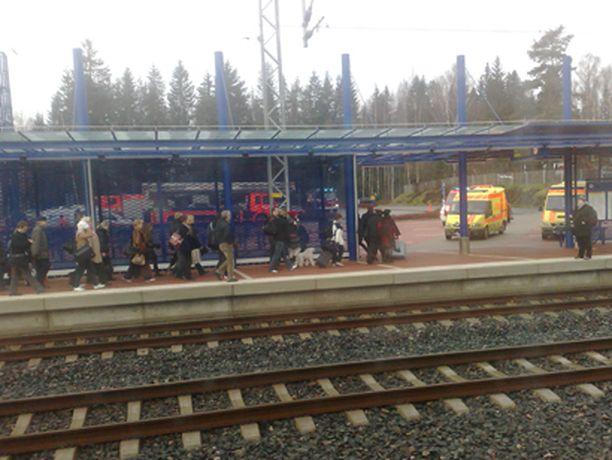 Savulla täyttyneestä pendolino-junasta evakuoitiin yli 200 matkustajaa.