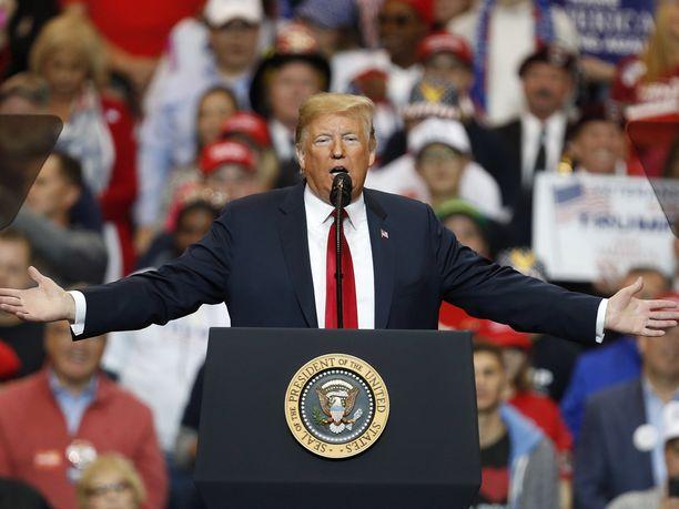 Donald Trumpin rasistiseksi luonnehdittu mainos hyllytettiin useilla uutiskanavilla ja Facebookissa.