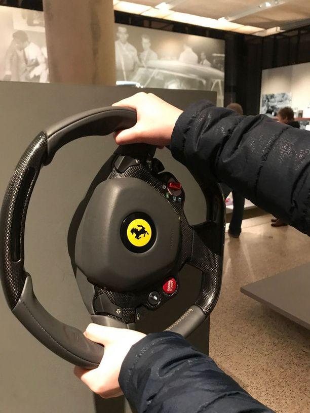 Monen unelma on tarttua Ferrarin rattiin. Näyttelyssä onnistuu sekin. Myös penkin muotoilun sopivuutta omille mitoille pääsee testaamaan kahdessa erilaisessa penkissä.