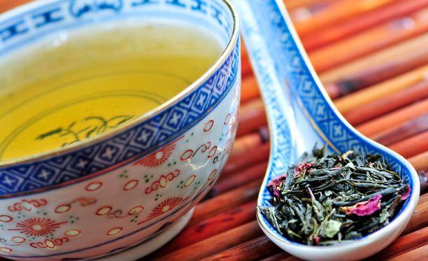 """Hyvästä vihreästä teestä voi tehdä """"long drinkin"""" lisäämällä aina vettä loppukupilliseen. Saat haalean juoman, jota voit juoda pitkin päivää."""