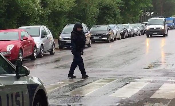 Poliisit etsivät miestä Hietaniemessä Helsingissä.
