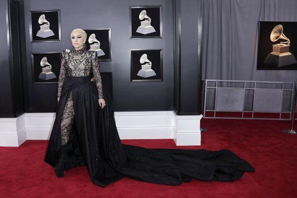 Myös Lady Gagalla oli valkoinen ruusu osana asuaan.