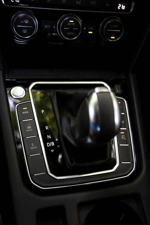 GTE-pistokehybridin ajomoodien valinta tapahtuu keskikonsolin kytkimillä.