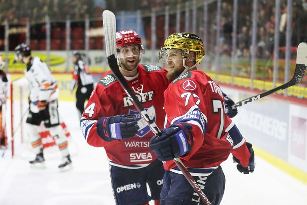 HIFK:n Teemu Turunen (oik.) ja Sebastian Dyk juhlivat Turusen 2–0-maalia. Kumpikin keräsi HPK:ta vastaan saldon 1+1.