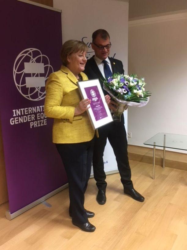 Pääministeri Juha Sipilä myönsi palkinnon Saksan liittokansleri Angela Merkelille torstaina.