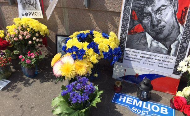Kukissa korostuu Ukrainen sinikeltaiset värit.