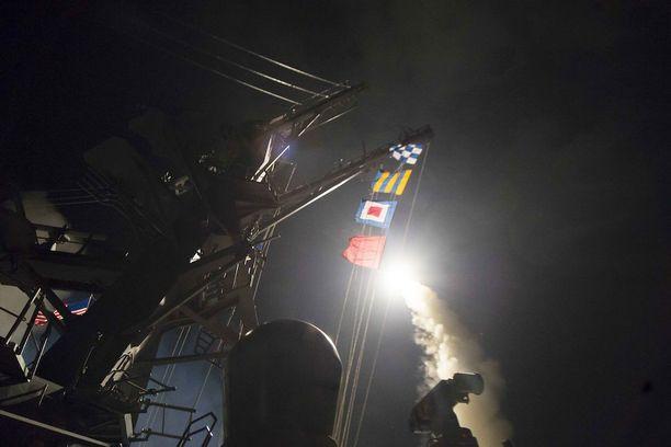 Kuvassa USS ROSS laukaisee Tomahawk-ohjuksia.