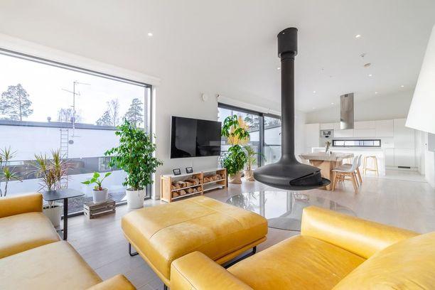Olohuoneessa on näyttävä designtakka ja suuret lasi-ikkunat.