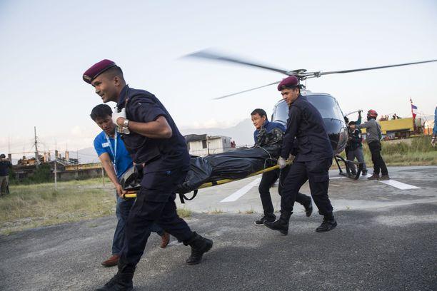 Koko kiipeilyryhmä sai surmansa. Heidän ruumiinsa tuotiin vuorelta alas helikoptereilla sunnuntaina