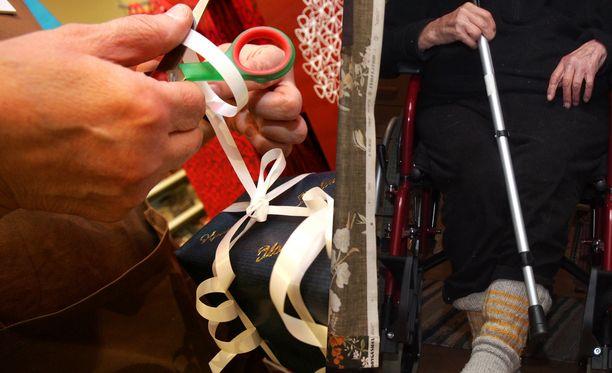 Jouluna ongelmissa ovat erityisesti vanhukset, jotka saattavat ostaa lahjoja enemmän kuin vara olisi.