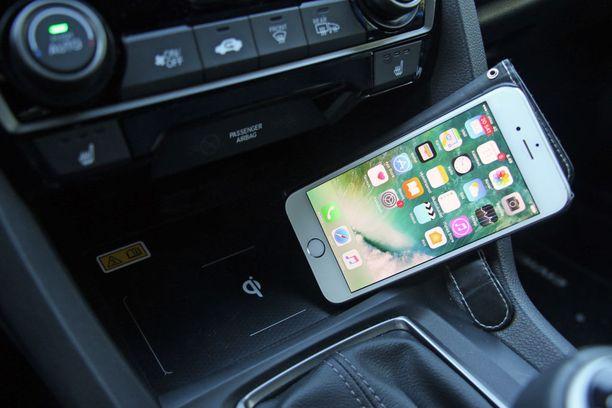 Iphonen saa kytkettyä Carplayn kautta näyttöön ja sopivilla kuorilla kännykkää voi ladata langattomasti.