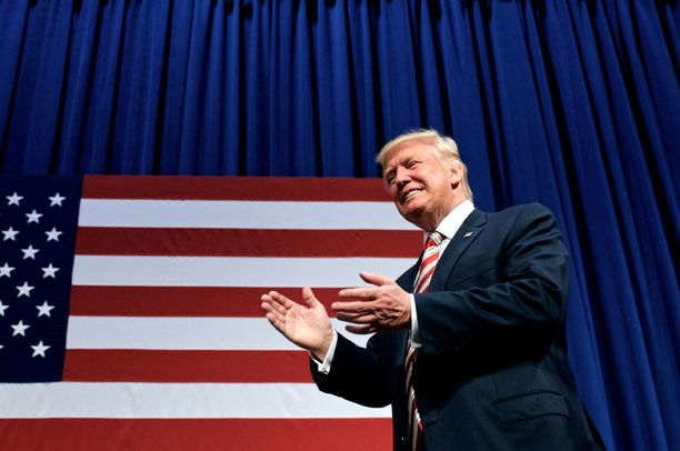 Yhdysvaltain presidentti Donald Trump keskustelee Vladimir Putinin kanssa lauantaina.