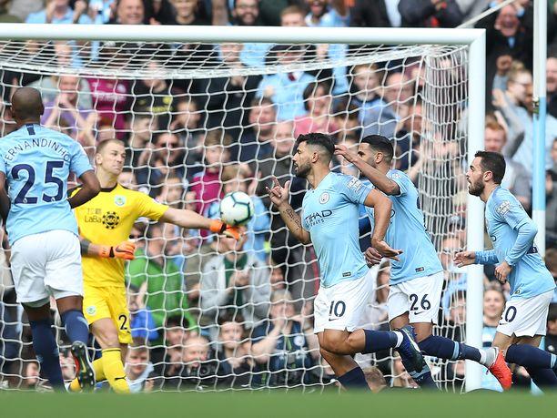 Sergio Agüero (10) iski Burnleyn verkkoon valioliigakauden kuudennen maalinsa.